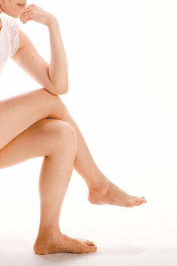 坐姿歪斜、愛翹腳容易導致梨狀肌症候群。 報系資料照