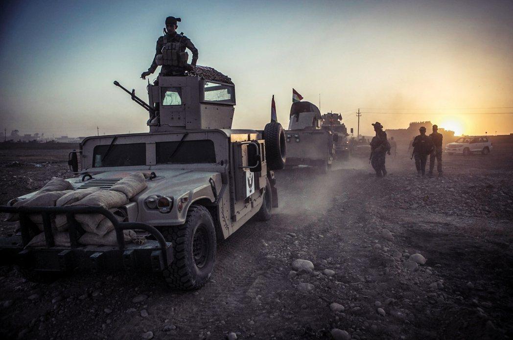 於摩蘇爾周遭集結的庫德「自由鬥士」(Peshmerga)。 圖/歐新社