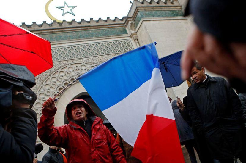 法國面對伊斯蘭教的衝突和社會激化,民眾逐漸對具有穆斯林象徵的標誌感到不安。依據一...