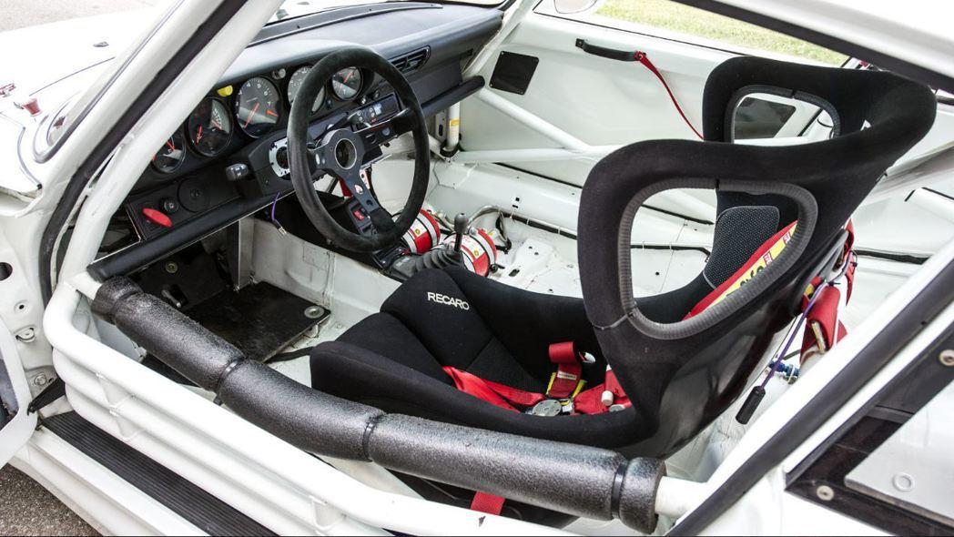 這輛 911 GT2 Evo 是為了 FIA GT1 系列賽事而量身打造,因此為...