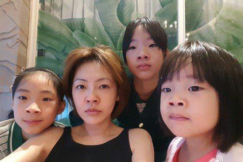 17日早上,小S與三位女兒一起在家中合體自拍,照片中每個人都瞪大了鼻孔,小S還幽默地提到:「以鼻孔敬祝大家今天一切順利~」。網友們看到照片,還開玩笑地留言說:「真的只有鼻孔可以欣賞了」、「這簡直就是...