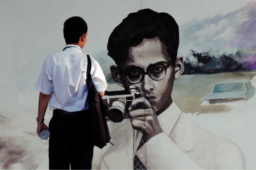 一名泰國藝術大學(Silpakorn University)的學生,在曼谷的校園...