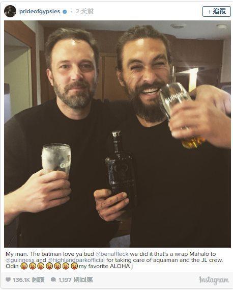 「蝙蝠俠」班艾佛列克與「水行俠」傑森摩莫亞舉杯開心歡聚。圖/取自於IG(提醒您:...