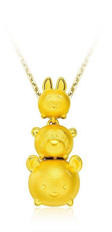 小熊維尼系列黃金墜飾,10,300元。圖/周大福提供