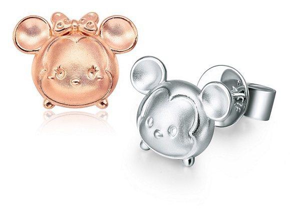 米奇米妮成對玫瑰金與白K金耳環(網路商店限定款)7,300元。圖/周大福提供