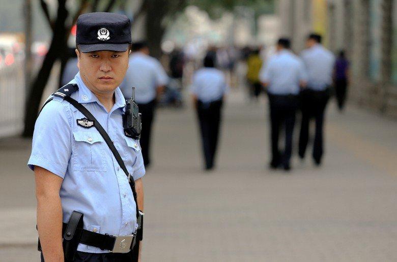 面對外國記者對NGO管理規範的追問,中國官員以「有困難找警察,不違法你怕啥?」的中國式特色回應。  圖/路透社