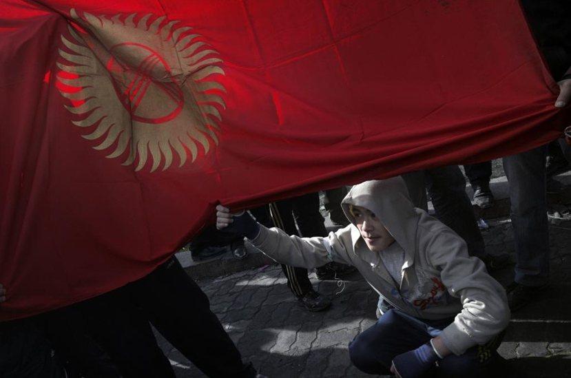 吉爾吉斯與塔吉克斯坦位處東西輸紐,自古便是強權交戰地帶,二十一世紀在中俄兩大國的...