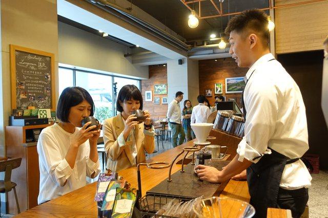 星巴克典藏咖啡以互動體驗吧台型態,滿足咖啡愛好者的需求。