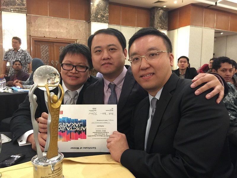 淨因科技共同創辦人張書瑋(右起)、張鶴騰、賴欣呈,2014年獲得亞太資通訊科技產...