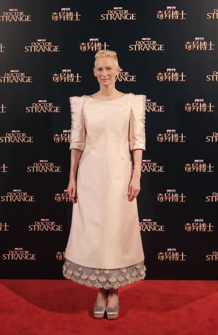 蒂妲史雲頓到上海宣傳電影「奇異博士」,穿上香奈兒秋冬洋裝和鞋子,造型仙氣逼人。圖...