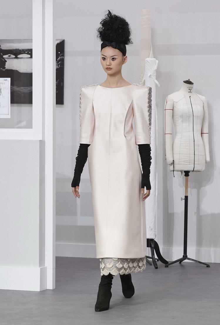香奈兒2016/17秋冬高級訂製服系列淺粉紅絲質長洋裝。圖/香奈兒提供