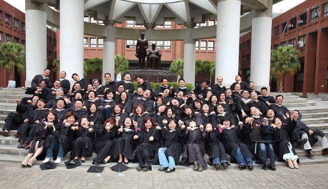 中山大學EMBA第14屆(E14)畢業學生合影。 中山EMBA/提供