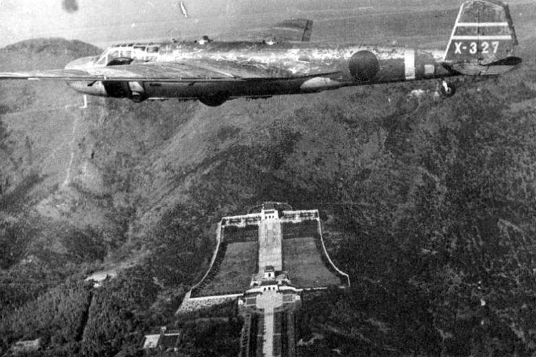 1937年日本正式對中國宣戰,鹿屋海軍航空隊由松山機場派遣九六式陸上轟炸機轟炸中...