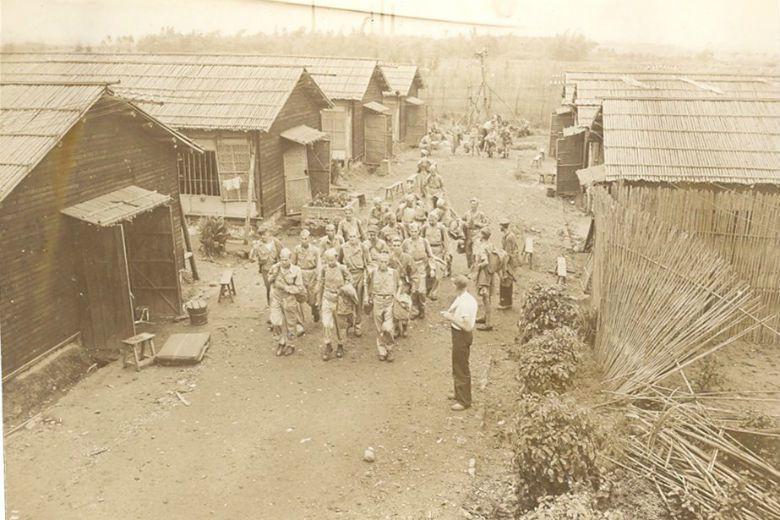 執行戰俘遣返的英國軍官回憶,戰俘營內半數戰俘已經死亡,其餘則瘦得只剩下皮包骨。圖...