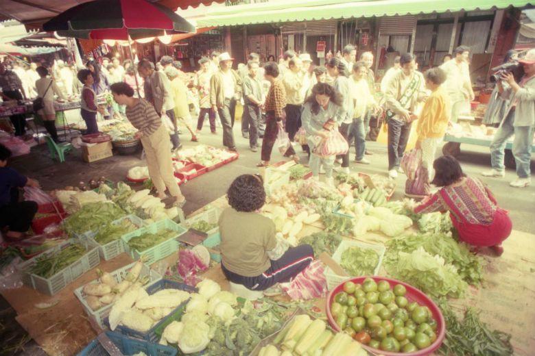 所幸在國家建設所及之處,小區的日常仍保有貼近土地的模樣。臨近社區的草埔市場,用食...