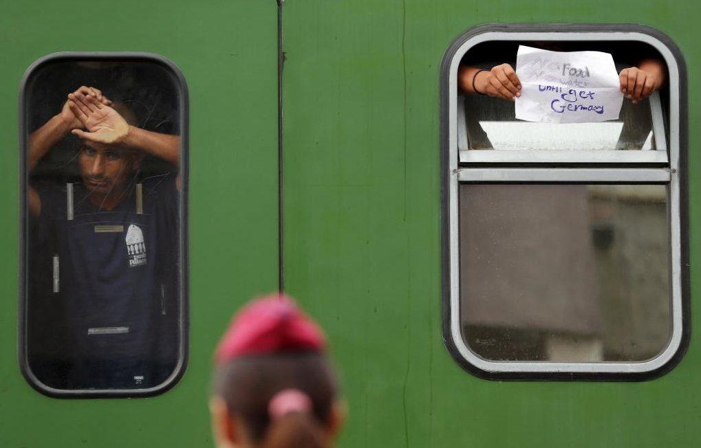 匈牙利政府宣布出動巴士載送難民的消息傳來,曾在人群中引起一片歡呼,但許多人仍持懷...
