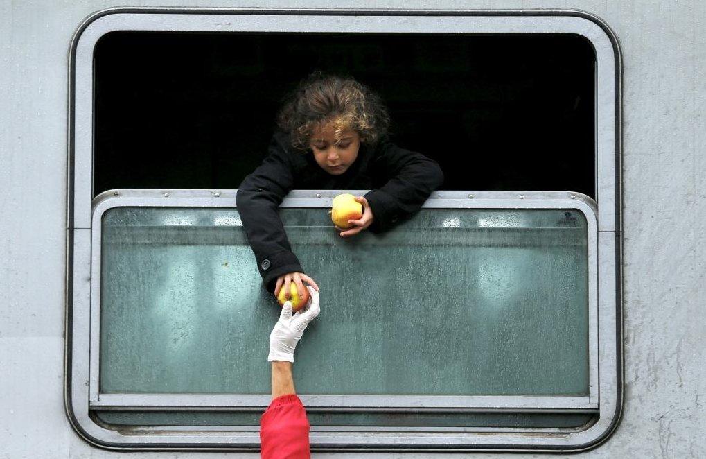 艱困的流亡遷徙之路,好在沿途的居民總會揮手招呼,為難民們送上飲水、麵包、水果和被...