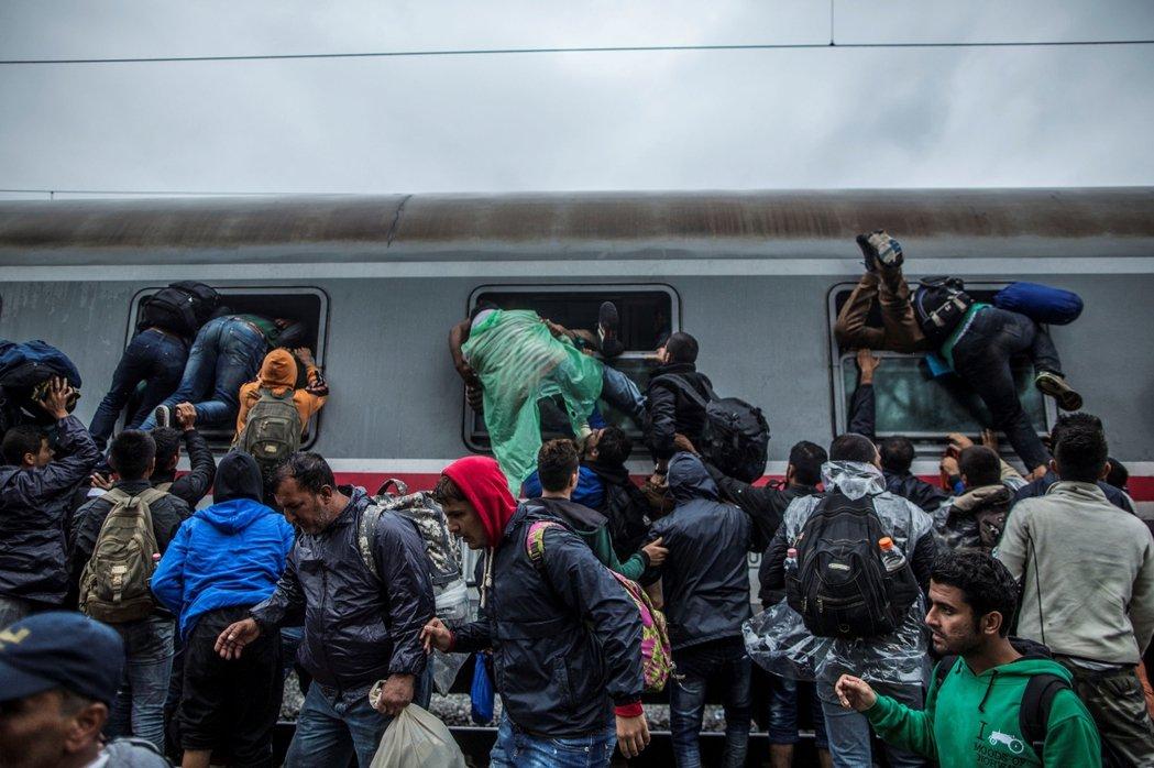 彷彿船難時各自求生的場景,火車來時難民們紛紛搶搭,年輕力壯者把老弱婦孺擠落一旁。...