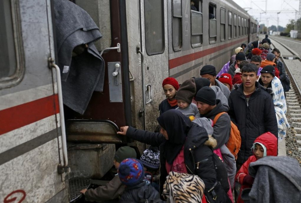 難民靠著雙腿出走,橫越高速公路、鐵軌、荒郊,奔往德國方向。 圖/路透社