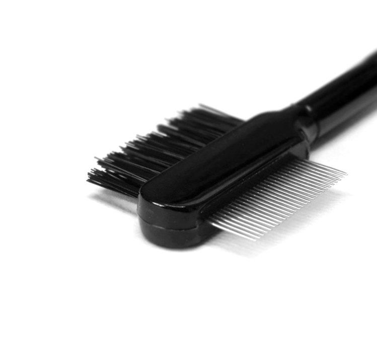 如果刷睫毛技巧不太純熟的女孩,可以求助於輔助工具。挑選類似圖中的睫毛梳(鋼梳、塑...