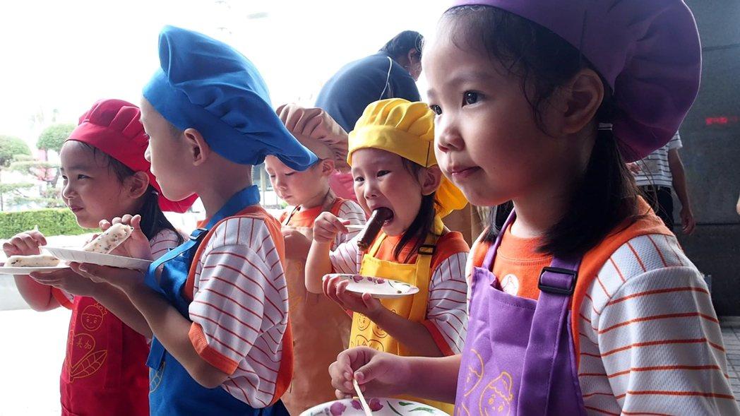小朋友大口大口吃著粄條,露出滿足的表情。記者林良齊/攝影