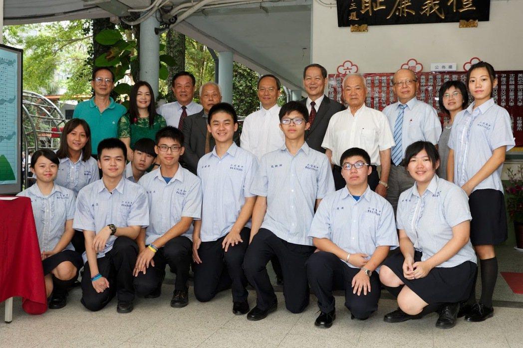 僑委會委員長為吳新興(後排右6)為台南市六信高中傑出校友,返校座談,勉勵學弟妹。...