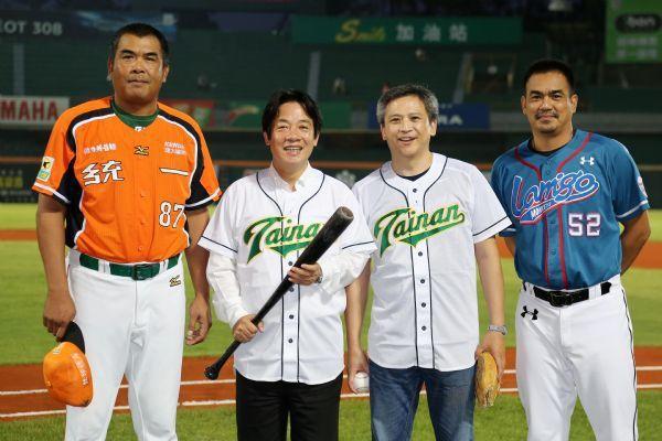 陳金鋒(右一)在台南市長賴清德主持的市政會議上,獲通過表揚為優秀傑出的「卓越市民...