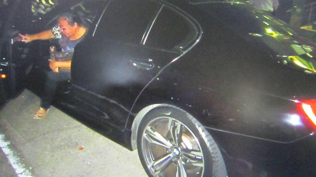 許姓婦人駕駛BMW M5系列超跑,因引擎聲過大被警方攔查、開單,直呼「這下子糗大...