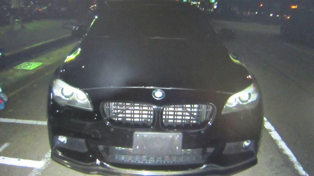 許姓婦人駕駛BMW M5系列超跑,沒有懸掛車牌。圖/翻攝畫面