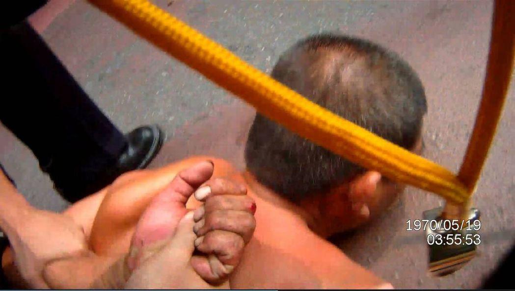 王姓無業男子被警方壓制在地。圖/翻攝畫面