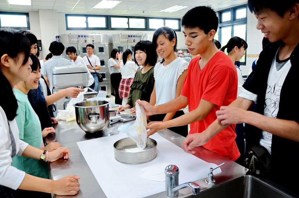 日本高校生到南投學習製作鳳梨酥,透過體驗獲得不少親近異文化的樂趣。圖/南投縣政府...