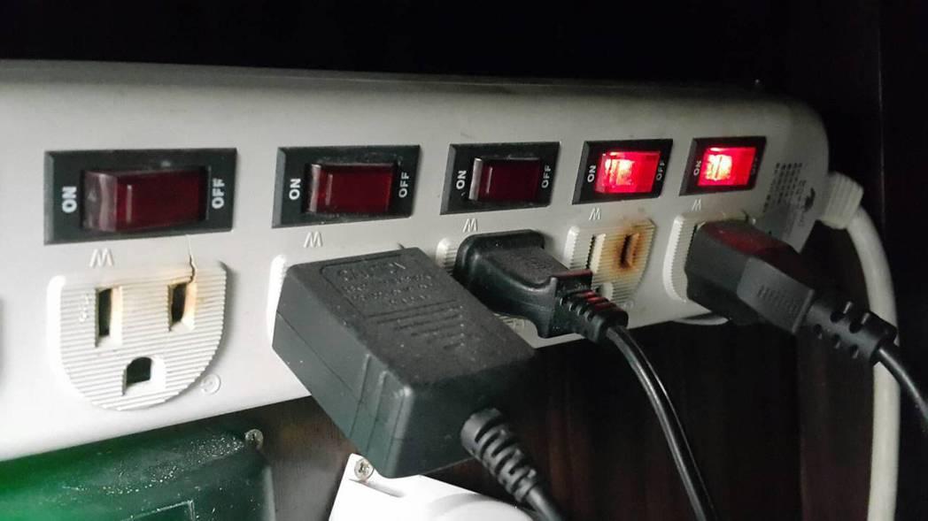 樹林工業區三俊街今早疑似台電送錯電,造成4廠只要有插插頭的電器設備都冒煙燒毀,呈...