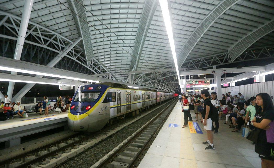 新台中火車站不同於台北、板橋站的封閉試設計,是全台第1個採開放式建築的火車站,講...