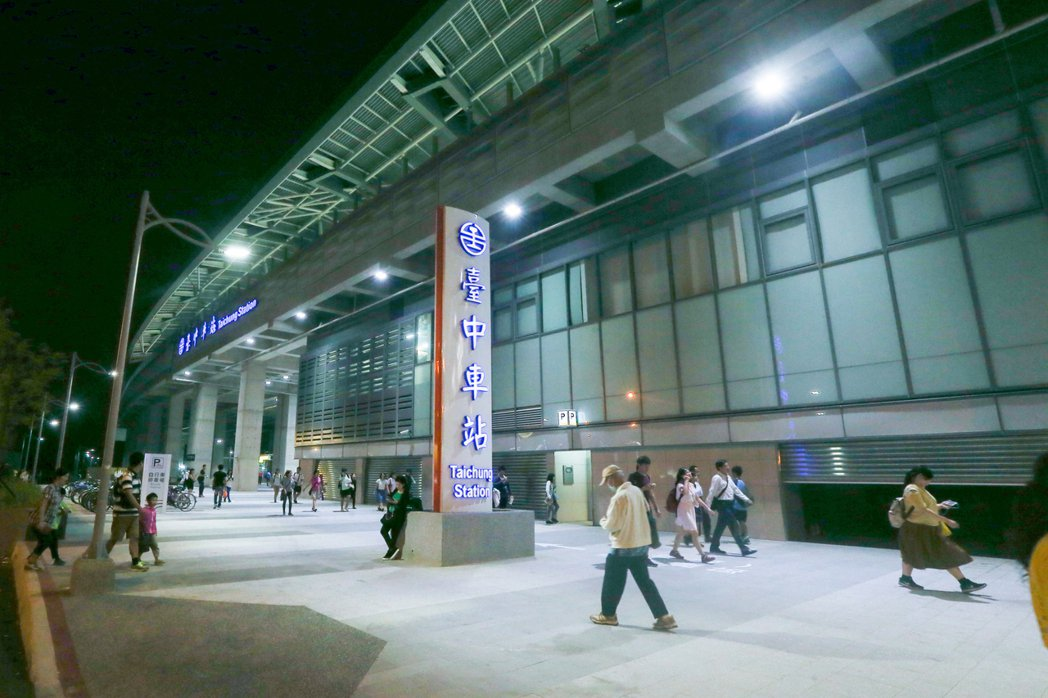 台中鐵路高架化第一階段已通車啟用,入夜後的新台中車站相當壯觀,而且在路燈的映照下...