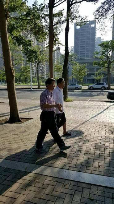 民眾拍到阿扁不用拐杖散步的照片,扁子陳致中質疑造假。圖/取自網路
