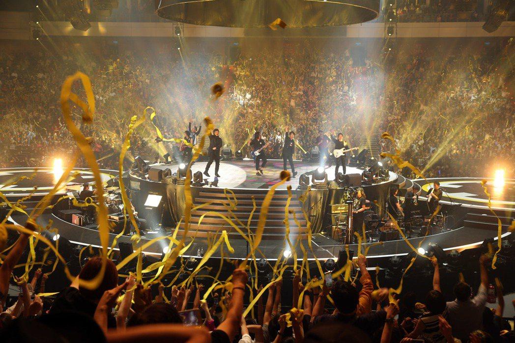 周華建今晚在台北小巨蛋舉辦「今天唱什麼 華建30心頭好特別版 演唱會」,邀請李宗...
