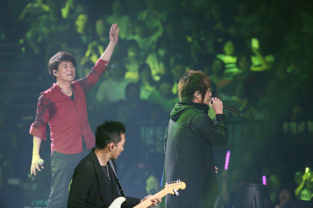 周華建今晚在台北小巨蛋舉辦「今天唱什麼 華建30心頭好特別版 演唱會」,邀請五月...