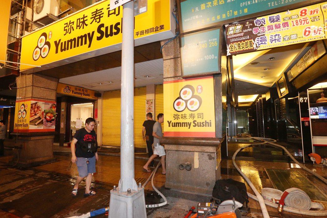 台北西門商圈成都路,晚間十點多傳出火警,出動多輛消防車支援,所幸火勢隨即撲滅,無...