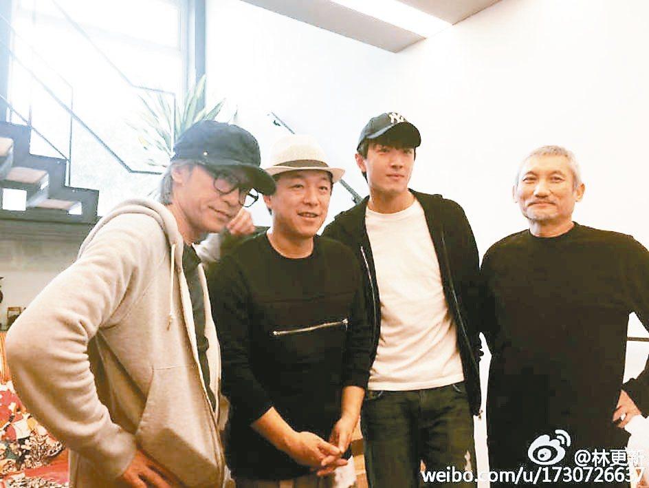 這張照片中有3代孫悟空,周星馳(左起)黃渤丶林更新,2個大導演周星馳與徐克(右)...