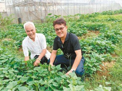蘇瑞東跟兒子蘇清豪把舊車庫改建成廚房。 記者宋柏誼/攝影