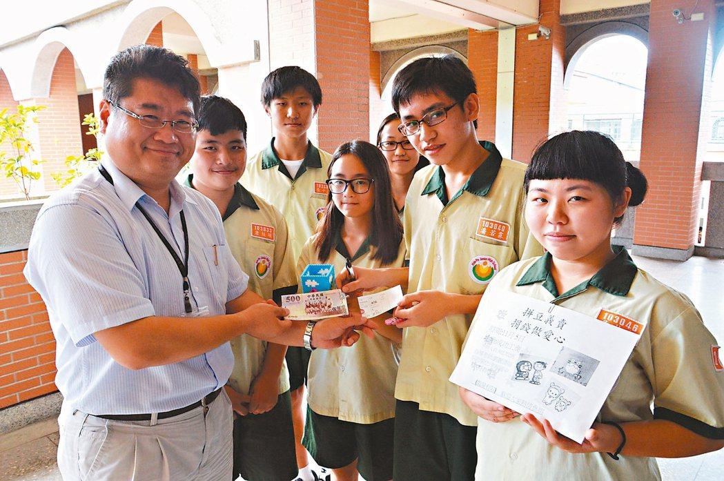 學生們利用下課時間在校內義賣,並說明協助尼泊爾學童們的計畫。 記者施鴻基/攝影
