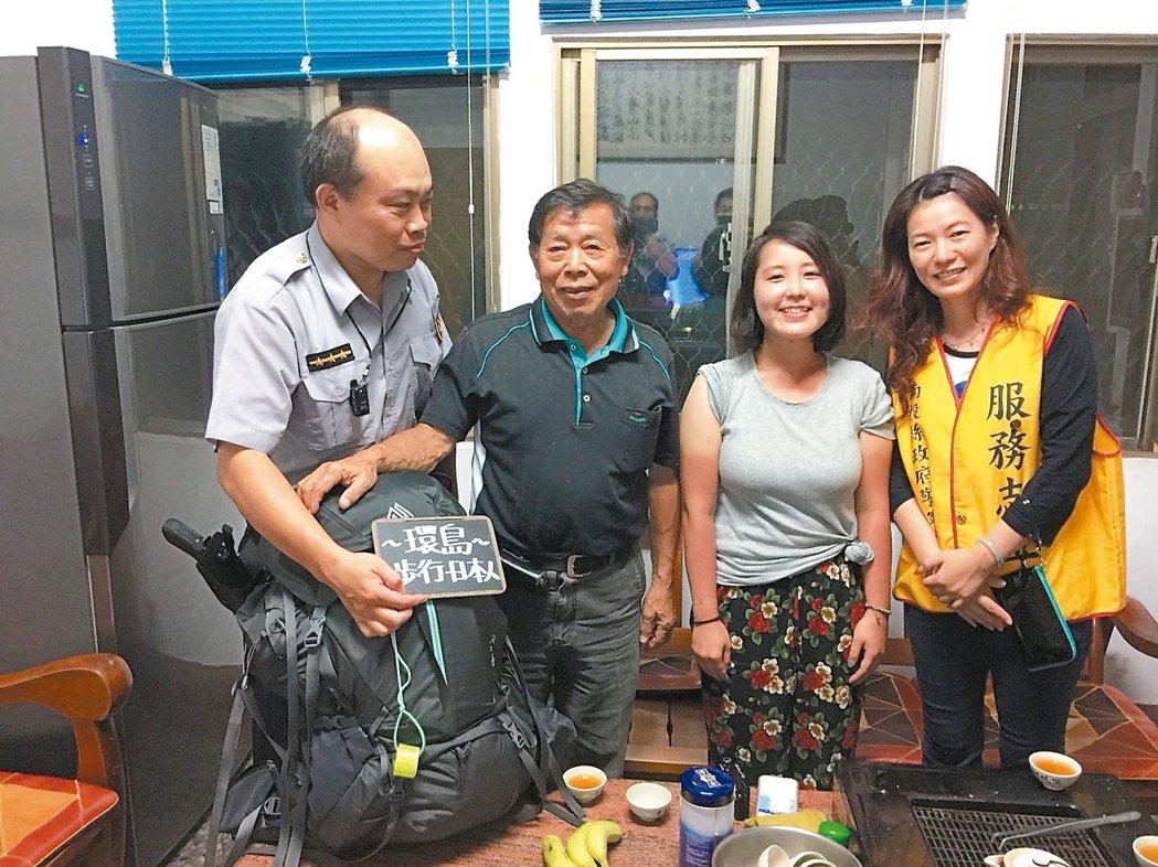 日籍女背包客伊藤千明(右2)來台自助旅行迷途,幸遇警協助,讓她感受台灣濃厚人情味...