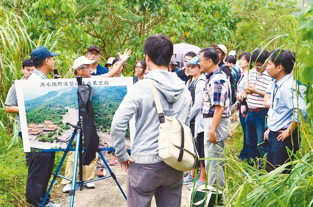 參與南方治水論壇成員實地參訪甲仙區滴水坑野溪整治成果。 記者謝梅芬/翻攝