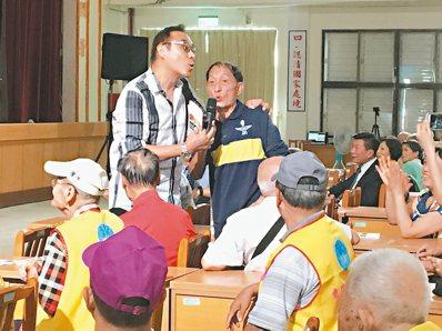 歌手王瑞瑜(左)演唱「中華民國頌」時,有榮民忍不住站起來高聲合唱,令人動容。 記...