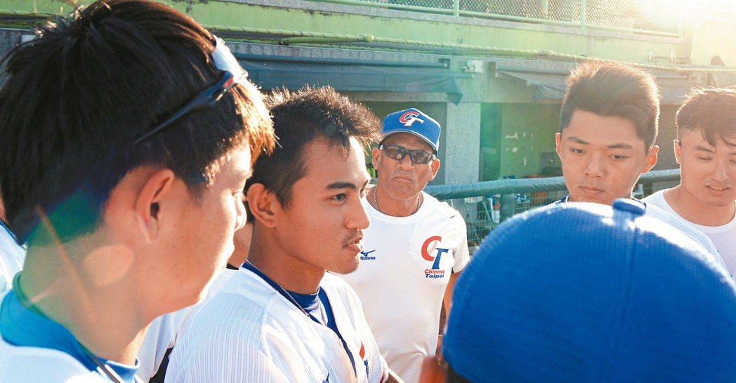 林子偉(左二)賽後主動把野手集合起來喊話。 記者謝靜雯/攝影