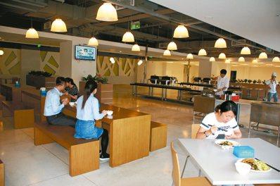 研華科技設有餐廳,每天提供員工三餐用餐。 圖/記者胡明揚 攝影