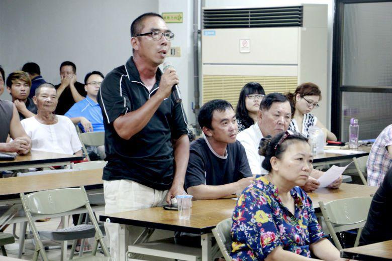 美濃野蓮業者在會議上問到,如果不能聘請越南親戚,又找不到其他勞動力來源,請官員給農民指點一條生路。 攝影/本文作者林吉洋