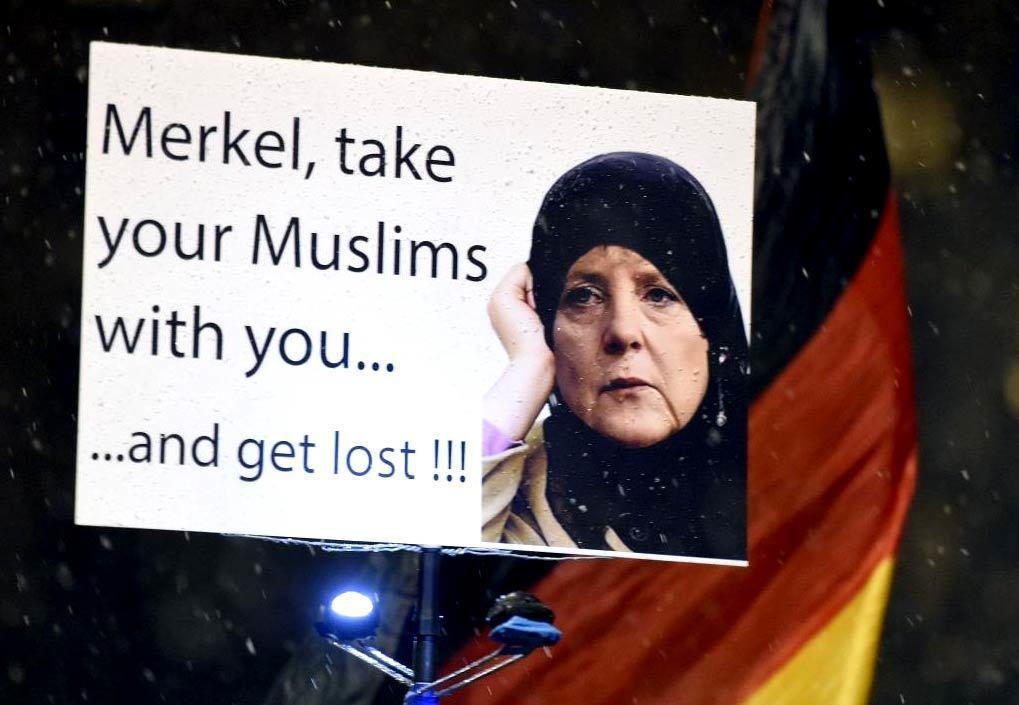 反移民、畏懼德國被伊斯蘭化的示威者,吶喊著:「梅克爾,帶著你的穆斯林滾遠點!」儘...