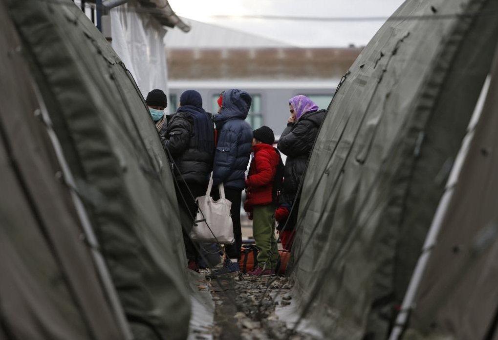 難民精疲力盡,飢寒交迫,表情麻木地蹣跚步行。10月匈牙利關閉邊境後,無路前進的難...