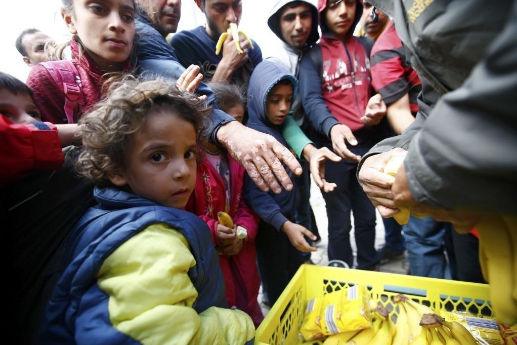 難民流亡路途上,可見義工搭建的醫療站,以及當地市民響應的物資捐贈。 圖/路透社